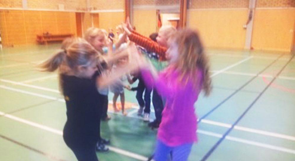 Barn dansar i gymnastiksal