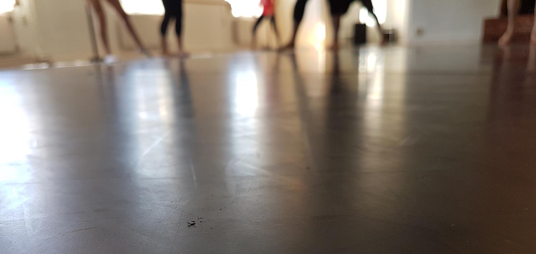 Dansgolv med dansare i bakgrunden